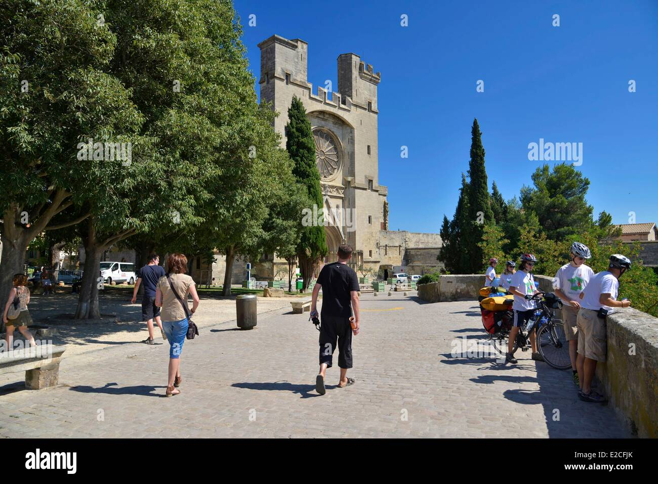 France, Herault, Beziers, public garden Saint Jacques, walkers and touring cyclists along the belvedere with Cathedral - Stock Image