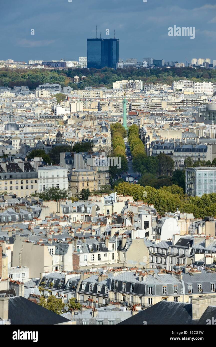 France, Paris, Colonne de Juillet (July column) on place de la Bastille and trees of Pere Lachaise cemetery in background - Stock Image