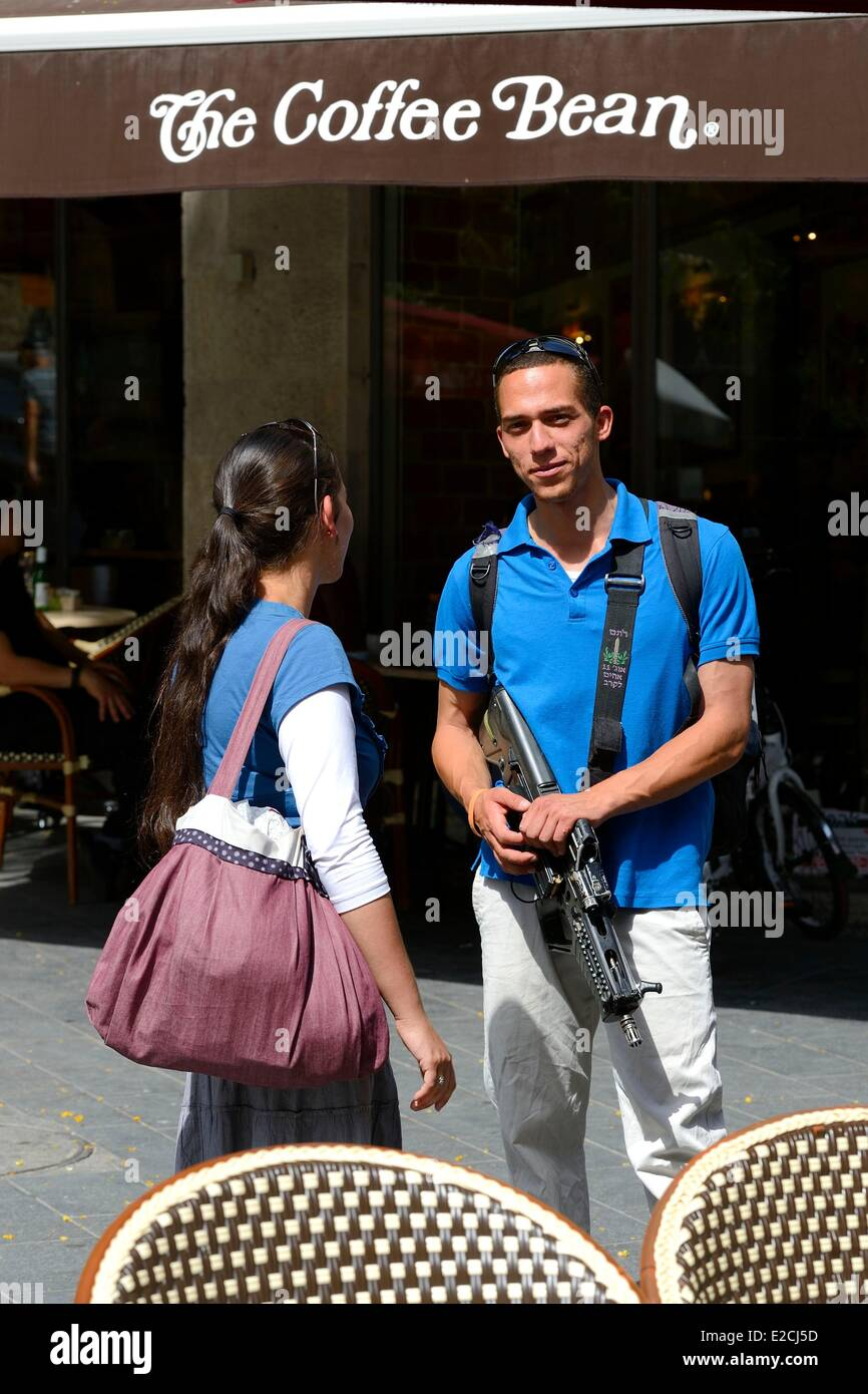 Israel, Jerusalem, soldier on leave but still armed with his girlfriend on Jaffa Road - Stock Image
