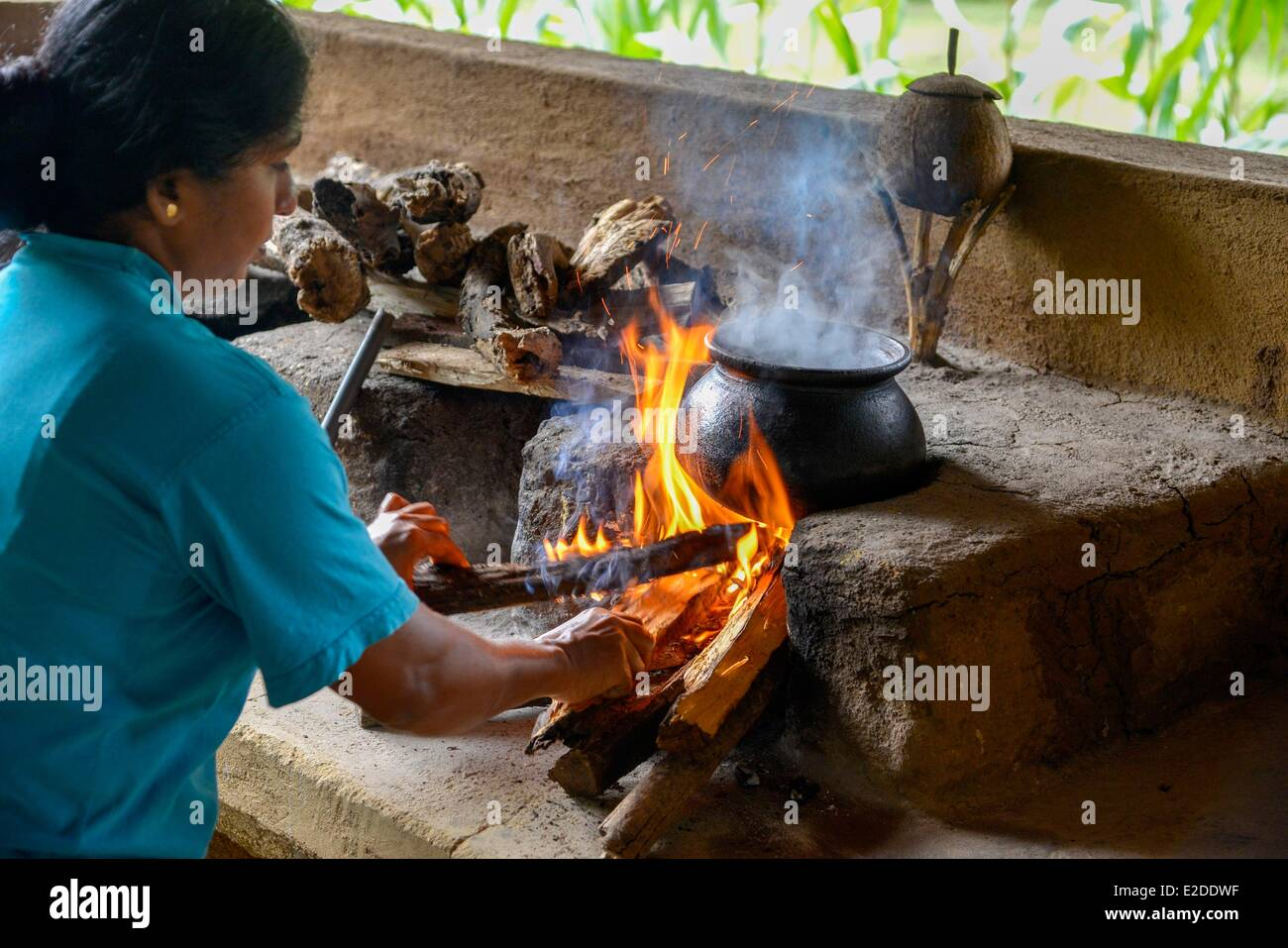 Sri Lanka North-Central Province Polonnaruwa District Habarana Traditional cooking of Ceylon woman in front of a - Stock Image