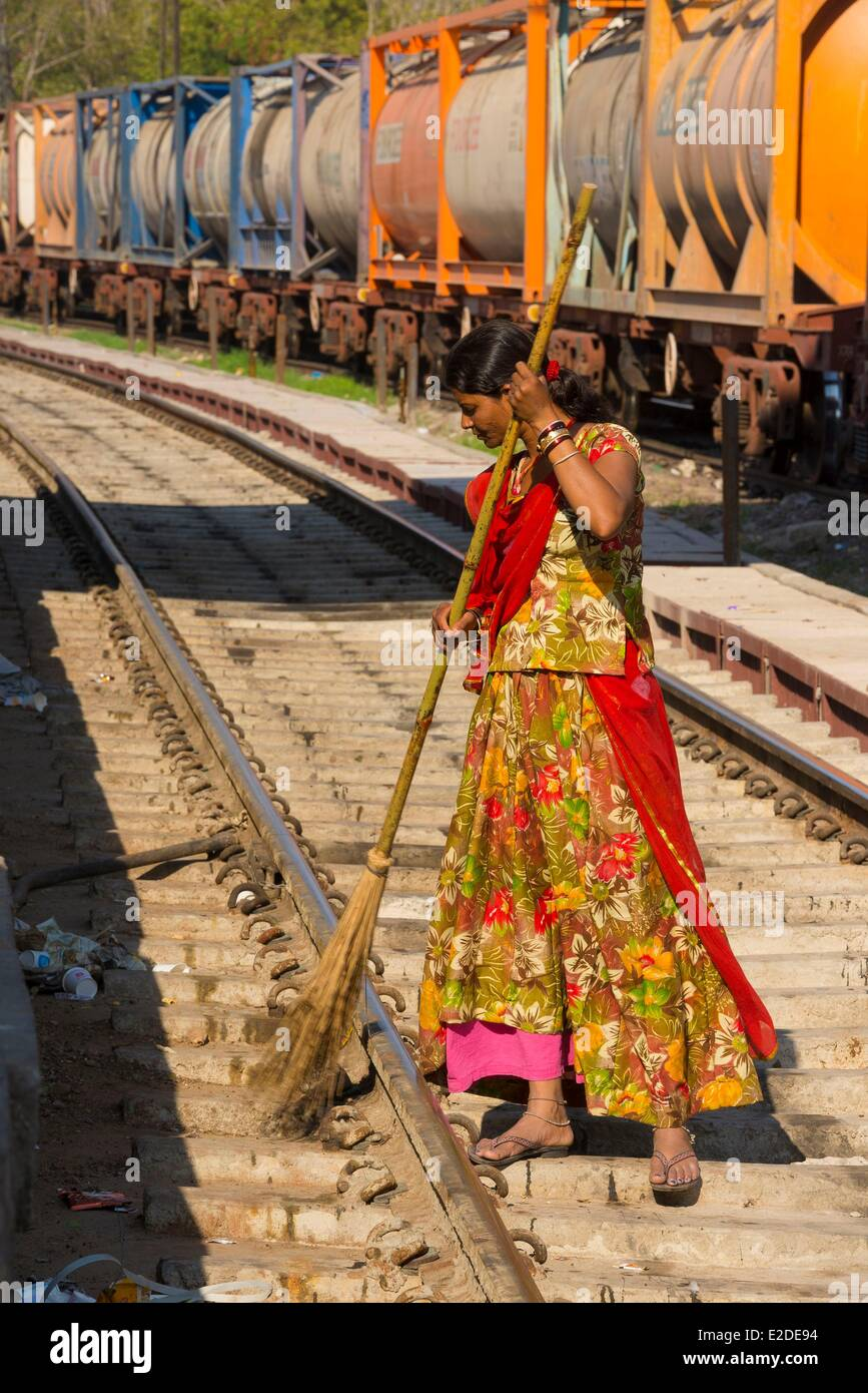 India Rajasthan state Jodhpur Untouchable woman sweeping at the railway station - Stock Image