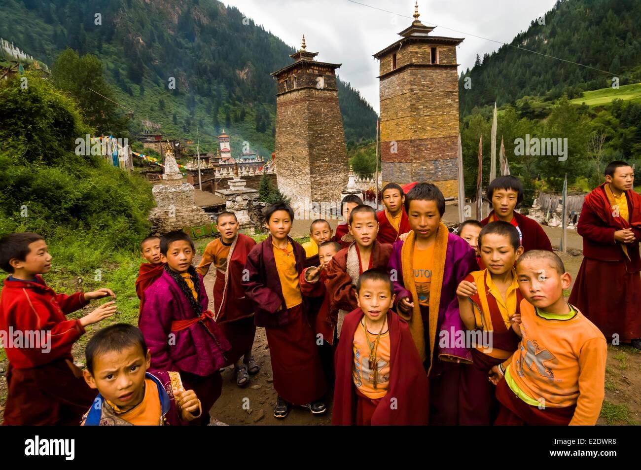 China Tibet Kham Sangkar Gyarong Gorges novices in front of Milarepa Towers - Stock Image