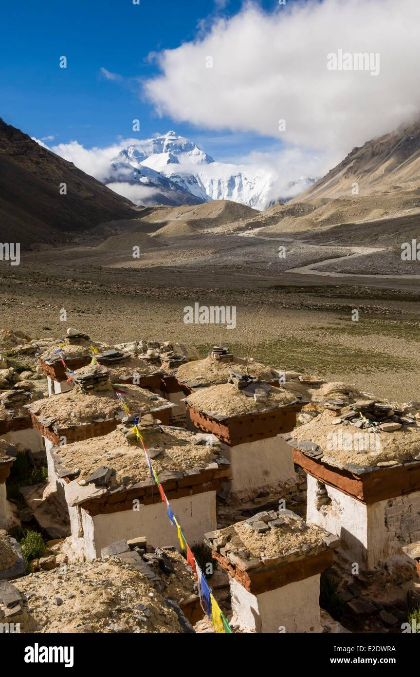 China Tibet U Tsang province stupas of Rongbuk monastery facing Everest - Stock Image