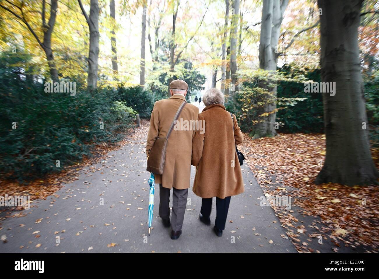 Germany Berlin Mitte couple in Tiergarten park - Stock Image