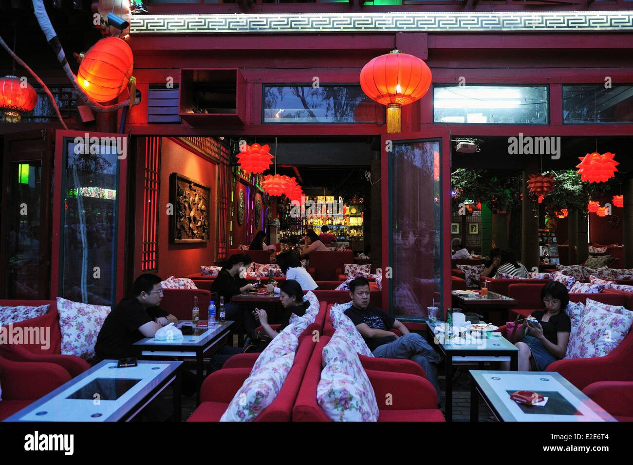 China, Beijing, Xicheng district, nightlife around the Silver bar bridge between the Houhai lake and the Qianhai - Stock Image