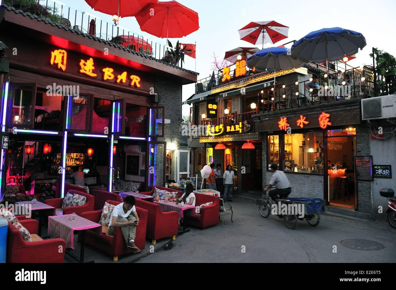 China, Beijing, Xicheng district, nightlife around the Silver bar bridge between the Houhai lake and the Qianhai - Stock Image