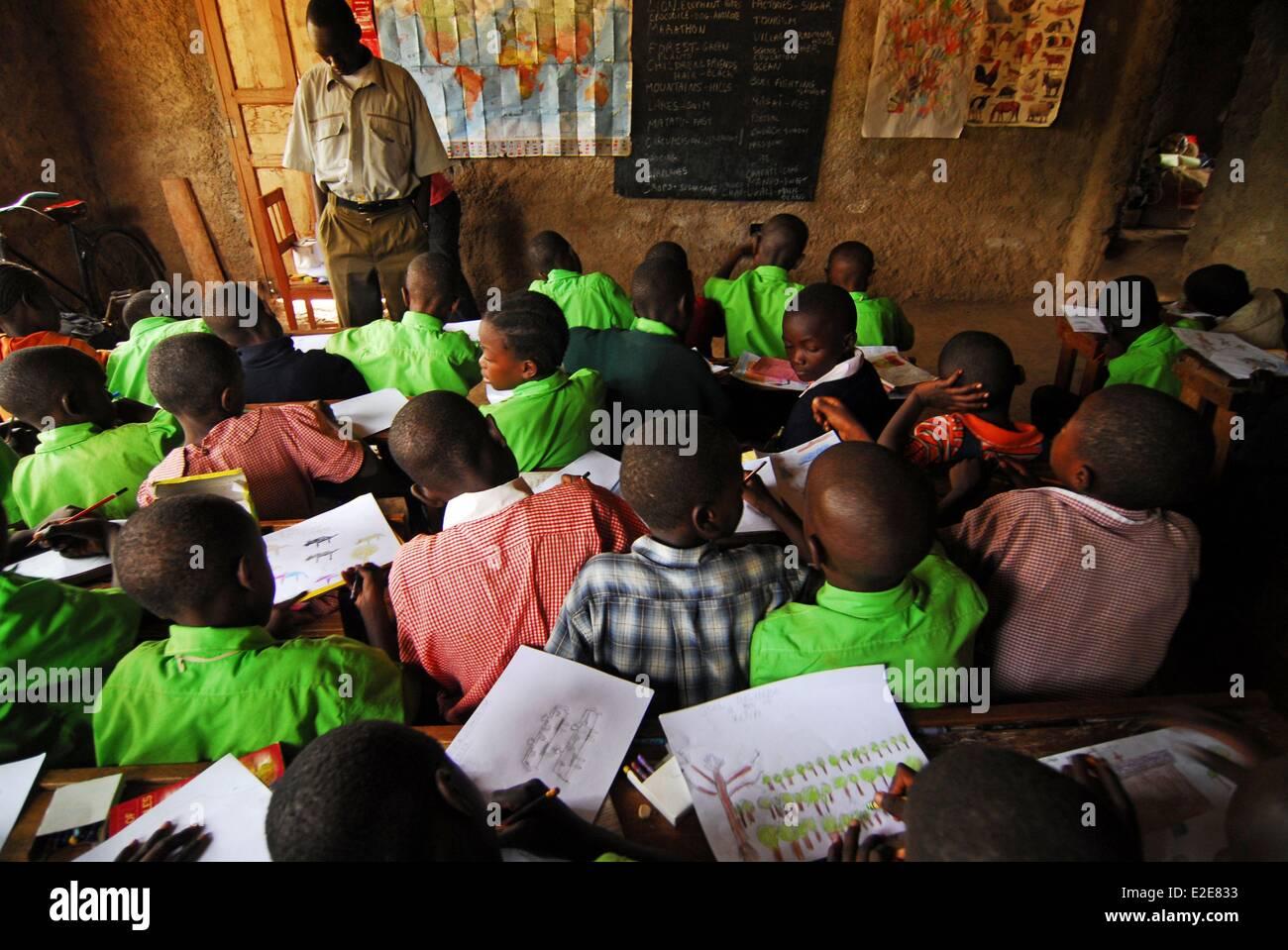 Kenya, Kakamega, schoolchildren drawing in classroom - Stock Image