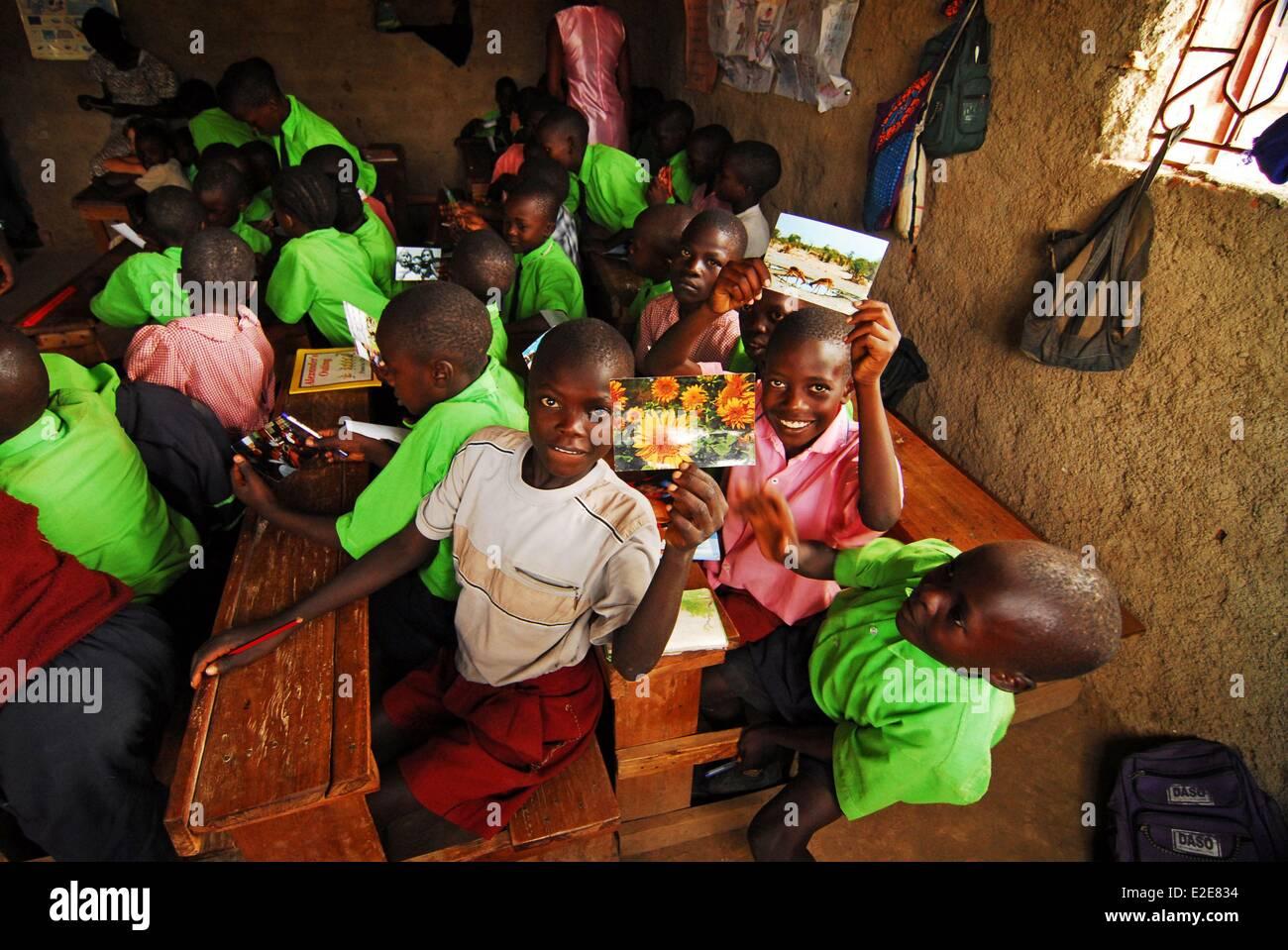 Kenya, Kakamega, schoolchildren showing photographs in classroom - Stock Image