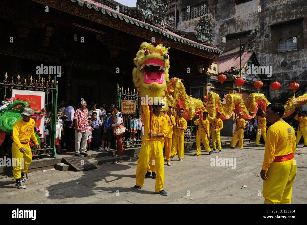 Vietnam, Ho Chi Minh City, executing the dragon dance for the vietnamese New Year - Stock Image