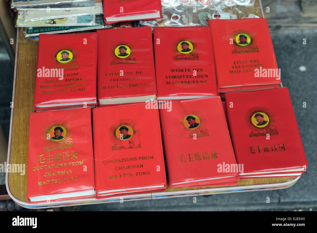 China, Shanghai, rue Dongtai, flea market, propaganda Maoist objecs with Mao Zedong Little Red Book - Stock Image