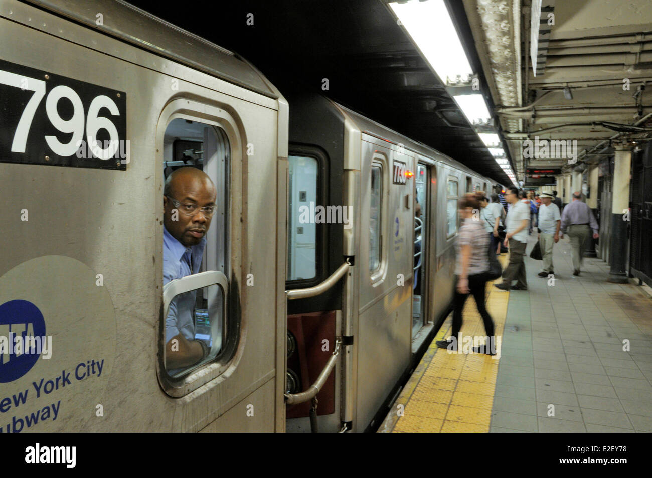 United States, New York, subway station in New York's 86th Street, passengers on the platform - Stock Image
