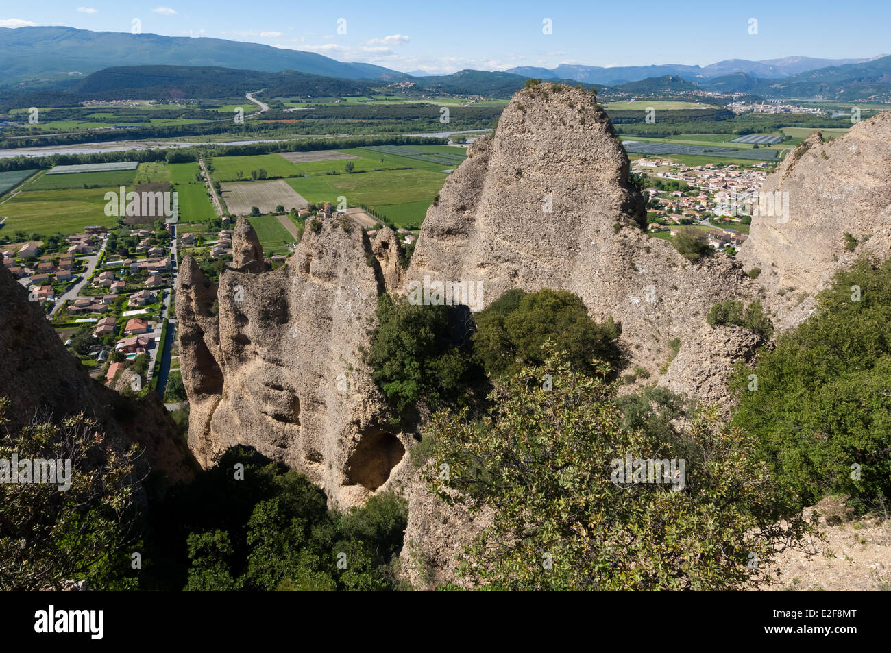 France, Alpes de Haute Provence, Les Mees, Penitents rock, or tuff monoliths overlooking the medieval village - Stock Image