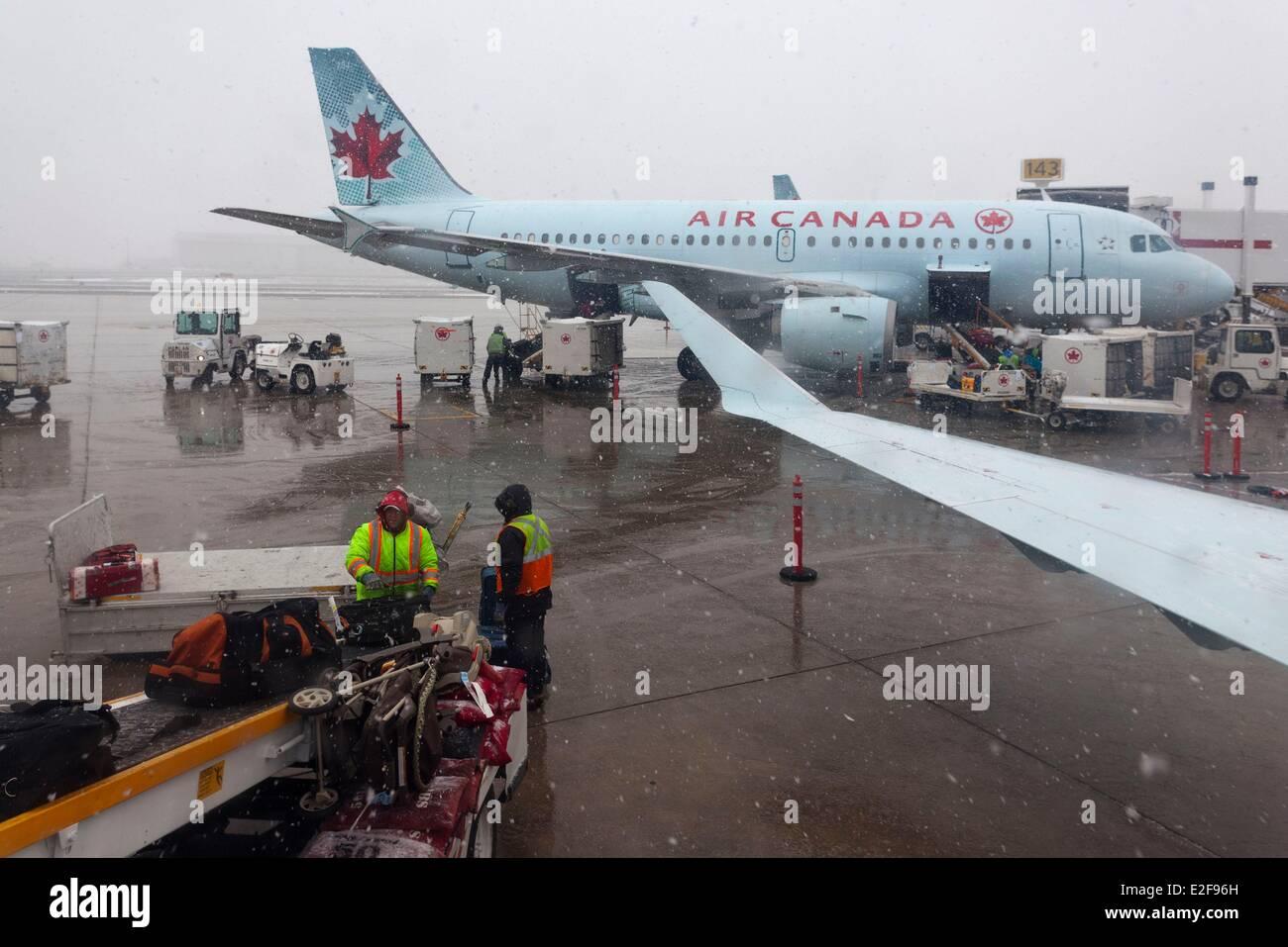 Canada, Saskatchewan, Saskatoon, airport, baggage loading of an Air Canada plane - Stock Image