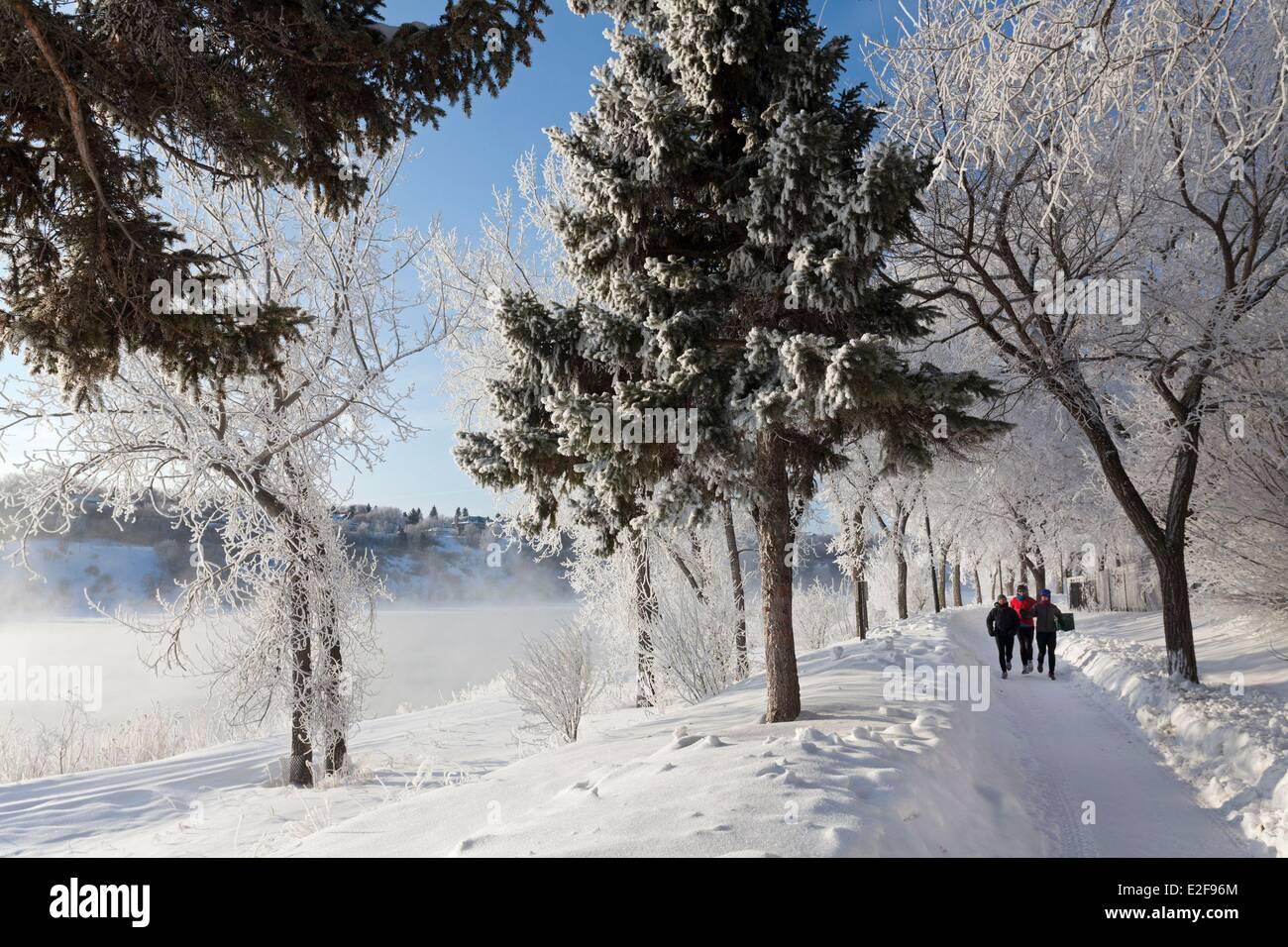 Canada, Saskatchewan, Saskatoon, morning joggers along the South Saskatchewan River - Stock Image