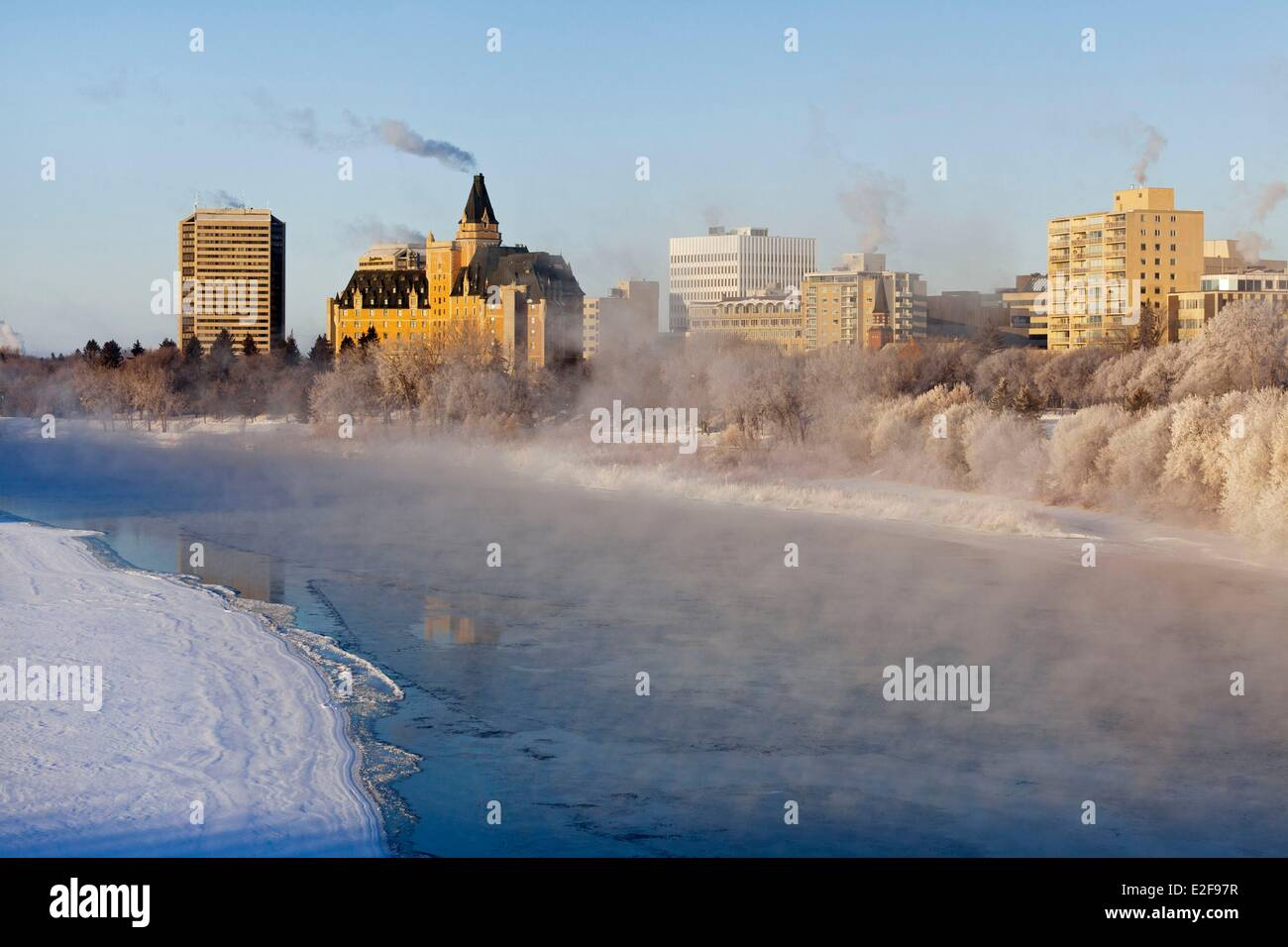 Canada Saskatchewan Saskatoon Kiwanis Memorial Park along the South Saskatchewan River and the historic Delta Bessborough - Stock Image
