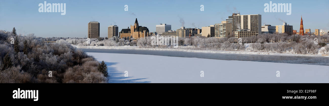 Canada, Saskatchewan, Saskatoon, panoramic view of downtown from the South Saskatchewan River banks - Stock Image
