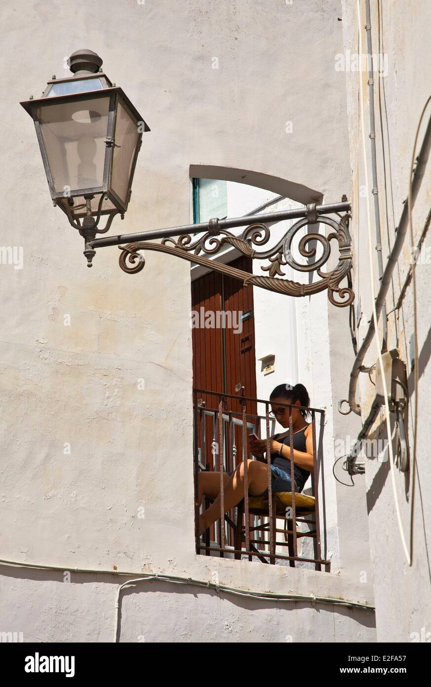 Italy, Puglia, Gallipoli, old town, youngster sms addict - Stock Image
