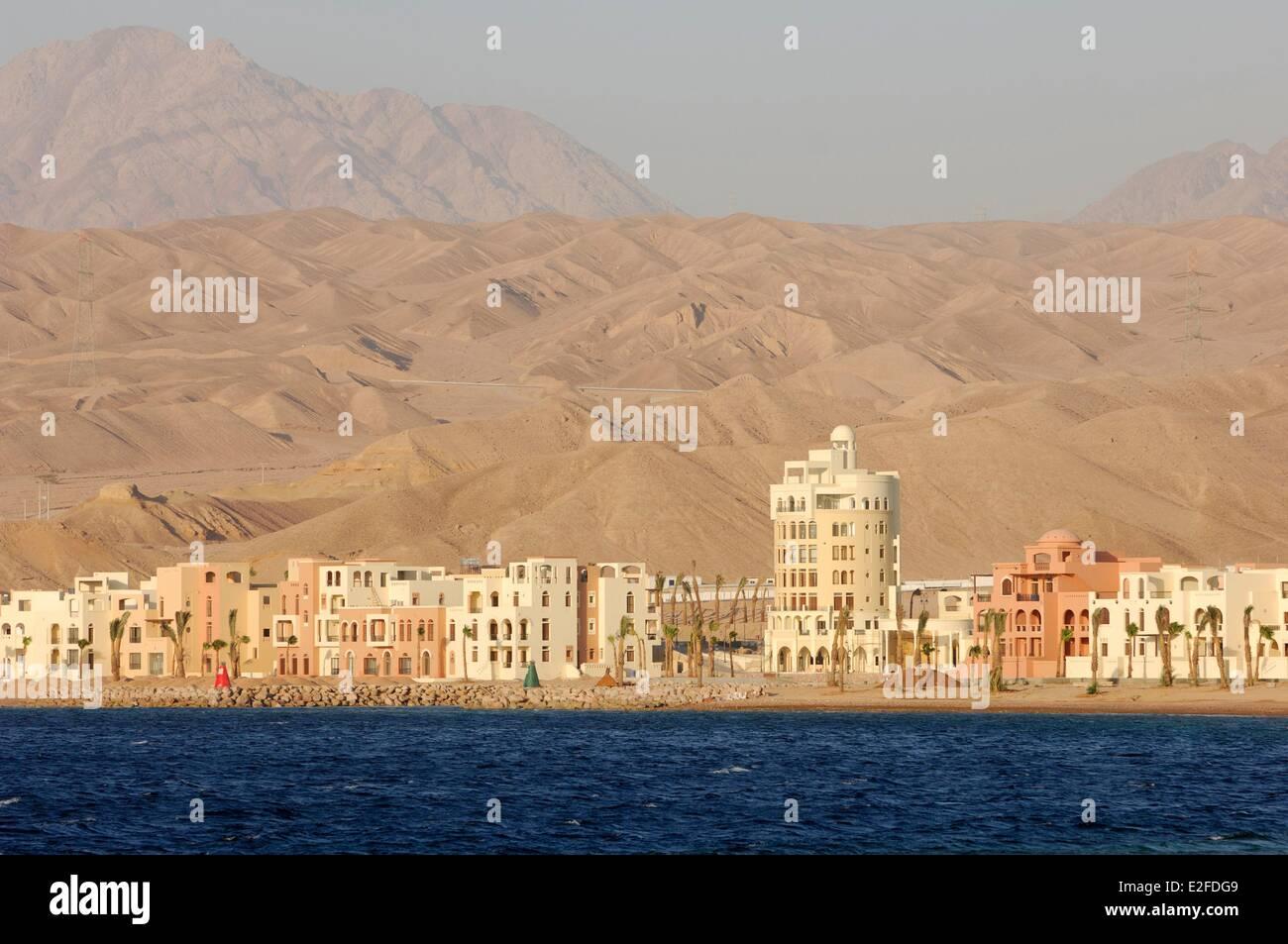 Jordan, Aqaba Governorate, Aqaba, marina Tala Bay south from Aqaba, buildings at the foot of sand dunes Stock Photo