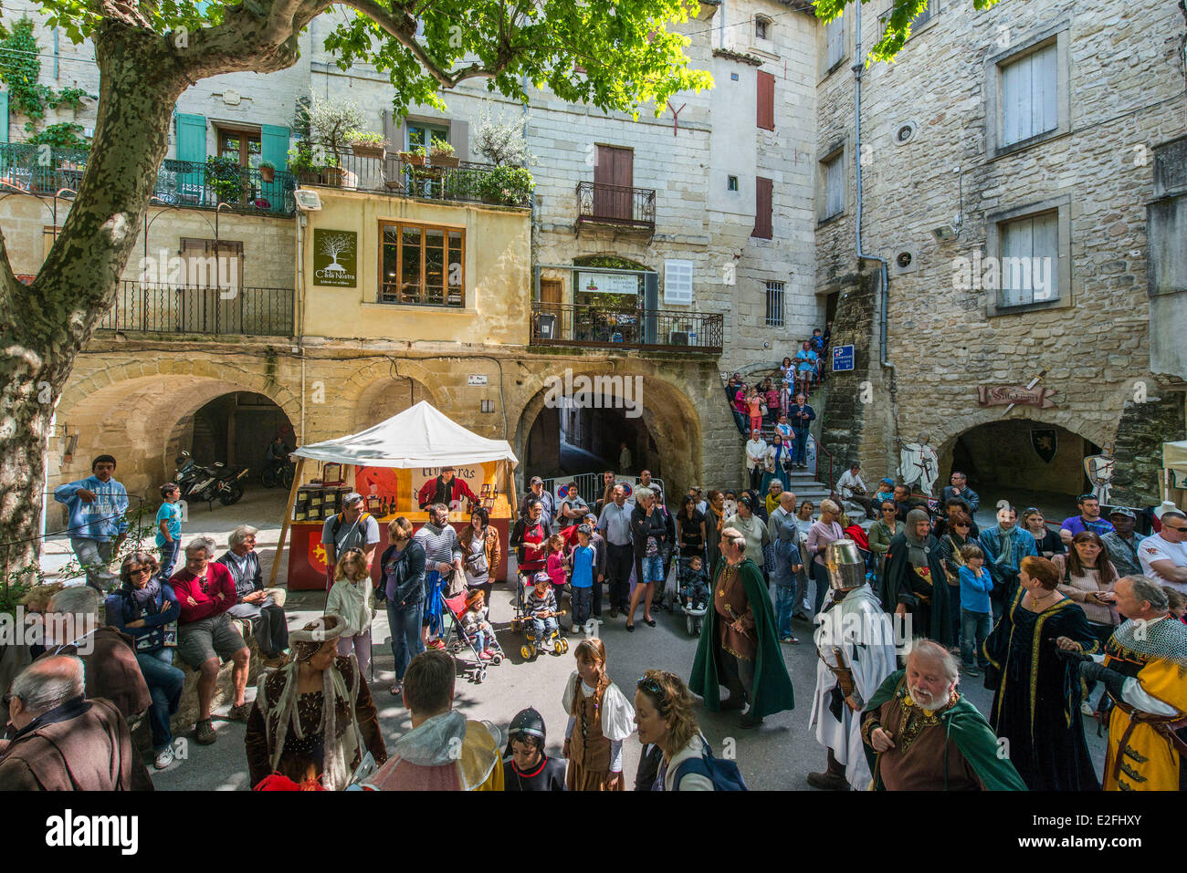 France, Gard, Sommieres, Marketplace, arches of the Roman inhabited bridge of 1st background century, medieval party - Stock Image