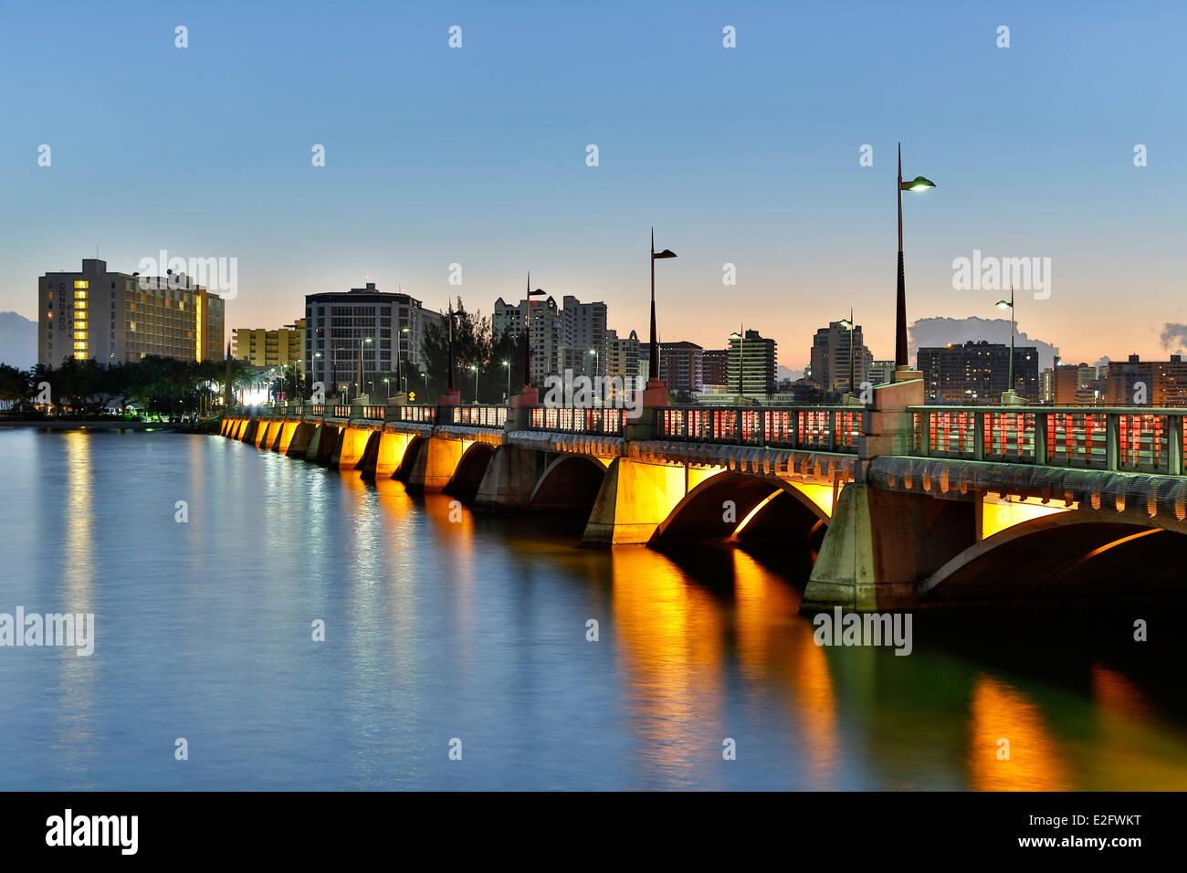 El Condado Lagoon, Dos Hermanos Bridge and skyline, El Condado, San Juan, Puerto Rico - Stock Image