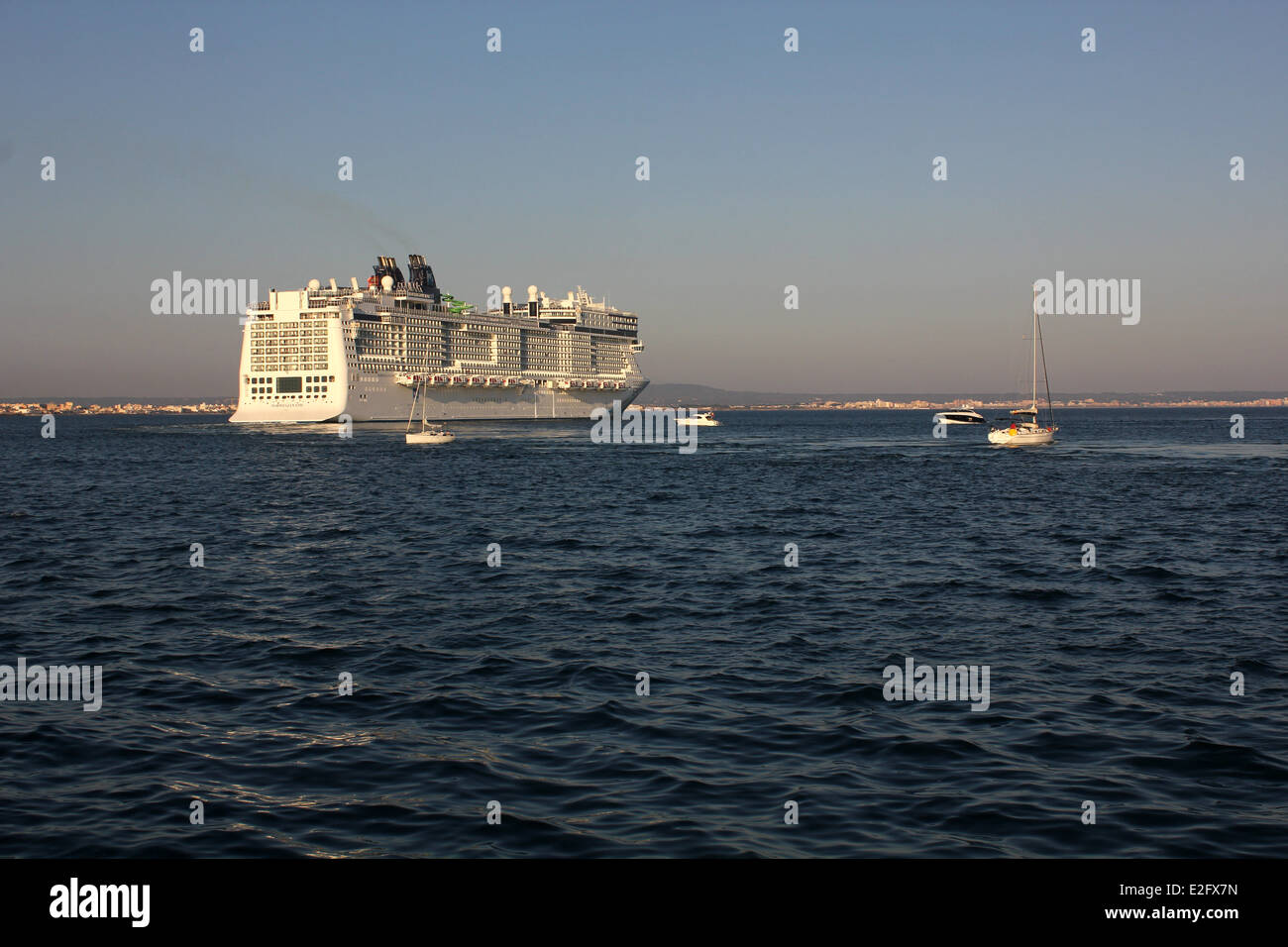 "Norwegian Cruise Line (NCL) Cruise ship ""Norwegian Epic"" (325 mtrs) - departing port at late afternoon - leisure - Stock Image"