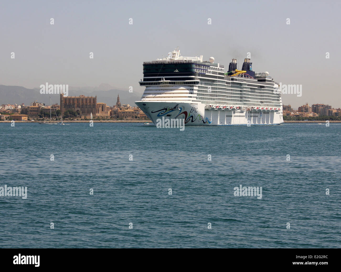 "Norwegian Cruise Line (NCL) Cruise ship ""Norwegian Epic"" (325 mtrs) - entering port past Palma historic Gothic Cathedral - Stock Image"