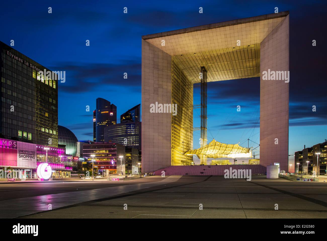 La Grande Arche de la Defense, and the modern buildings of La Defense district, Paris France Stock Photo