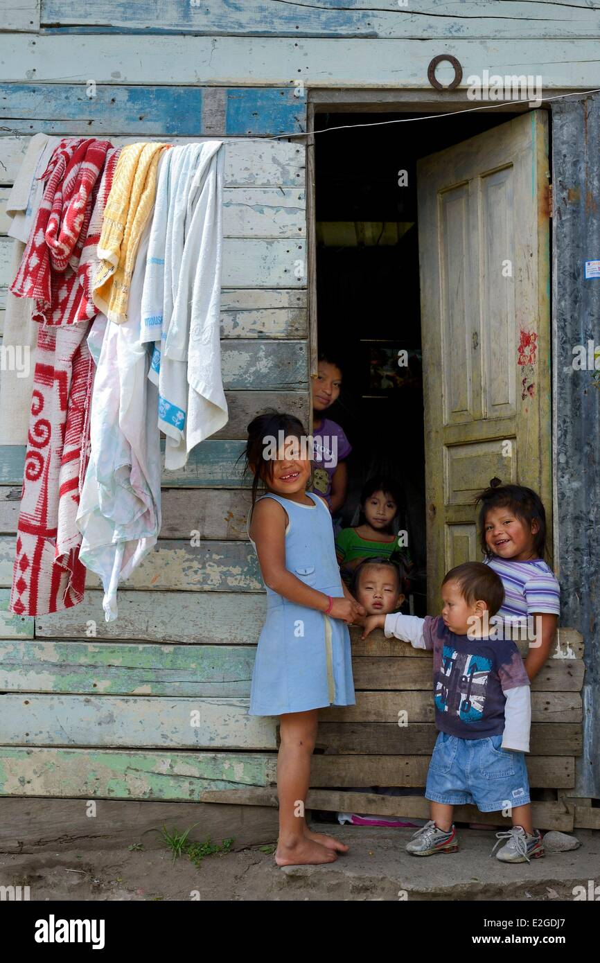 Panama Chiriqui province small town of Volcan native American Nagbe family outside their house - Stock Image