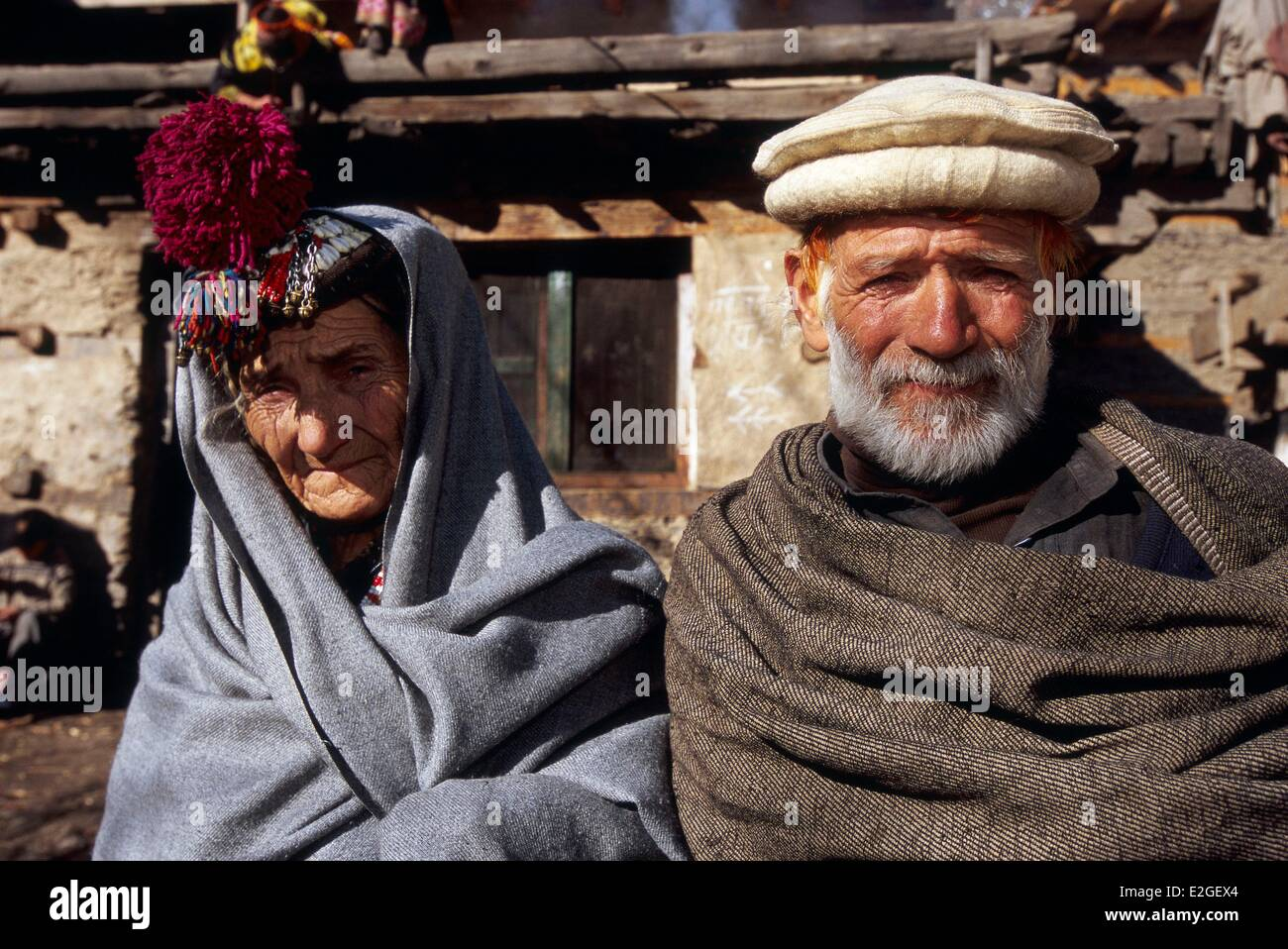 Pakistan Khyber Pakhtunkhwa Kalash valleys Bumburet valley elderly Couple wrapped in their winter shawl a bearded - Stock Image