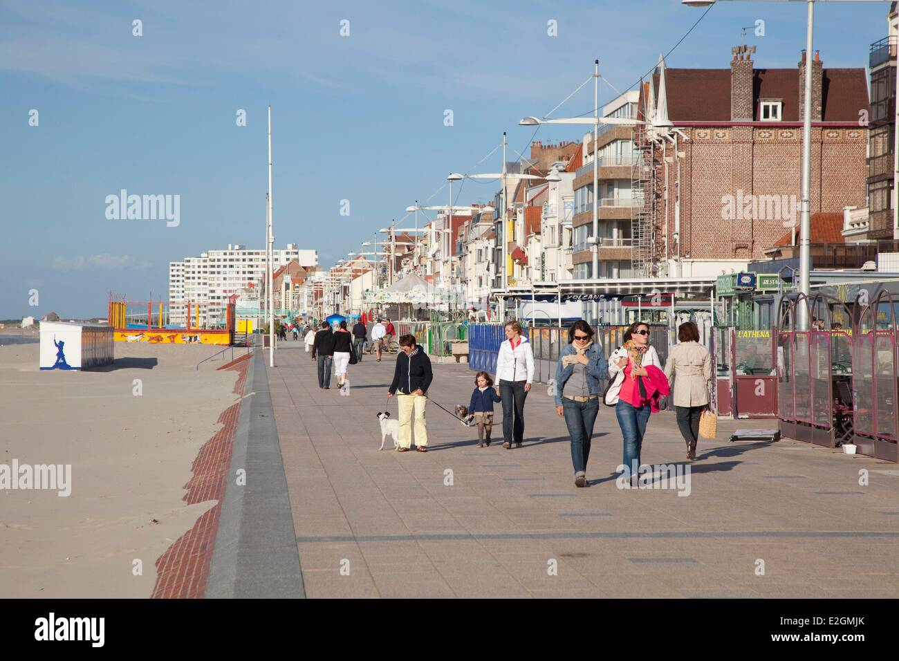 france nord cote d 39 opale dunkirk malo les bains walkers on promenade stock photo 70438219 alamy. Black Bedroom Furniture Sets. Home Design Ideas