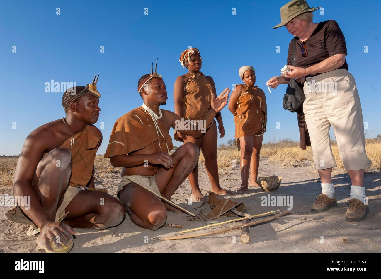 Botswana Central Kalahari Game Reserve Kalahari Plains Camp Wilderness Safaris Lodge educational walk with Bushmen - Stock Image