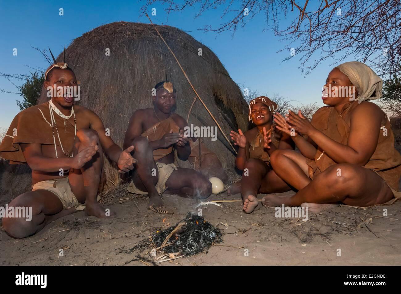 Botswana Central Kalahari Game Reserve Kalahari Plains Camp Wilderness Safaris Lodge educational walk with Bushmen - Stock Image