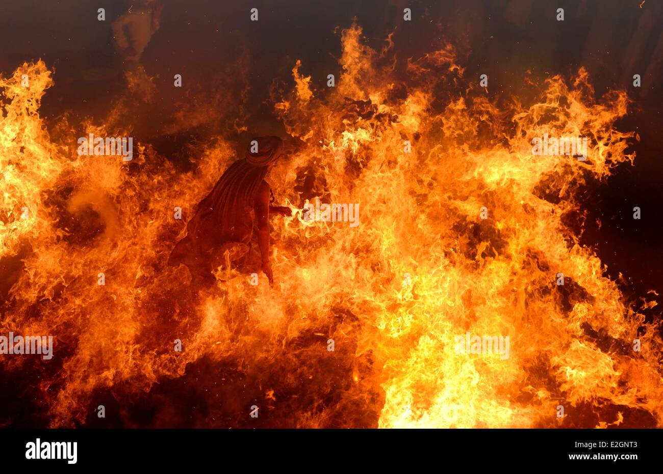 India Uttar Pradesh State a wise man crosses barefoot a huge fire which he comes out unhurt - Stock Image