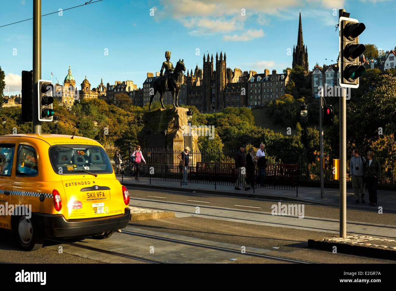 United Kingdom Scotland Edinburg Princes Street traffic and pedestrians on main street with a view of St Giles Cathedral - Stock Image