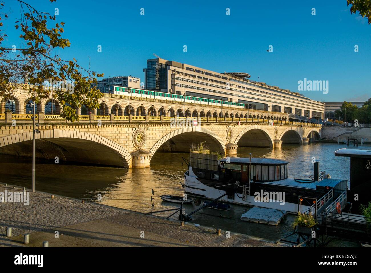 France Paris Pont de Bercy Skytrain and Ministry of Economy and Finance by architects Paul Chemetov and Borja Huidobro - Stock Image