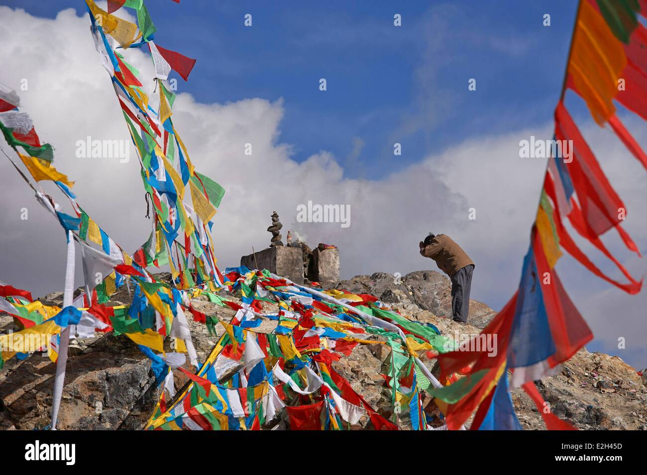 China Tibet Lhassa prayer flags on fortune hill Ganden road - Stock Image