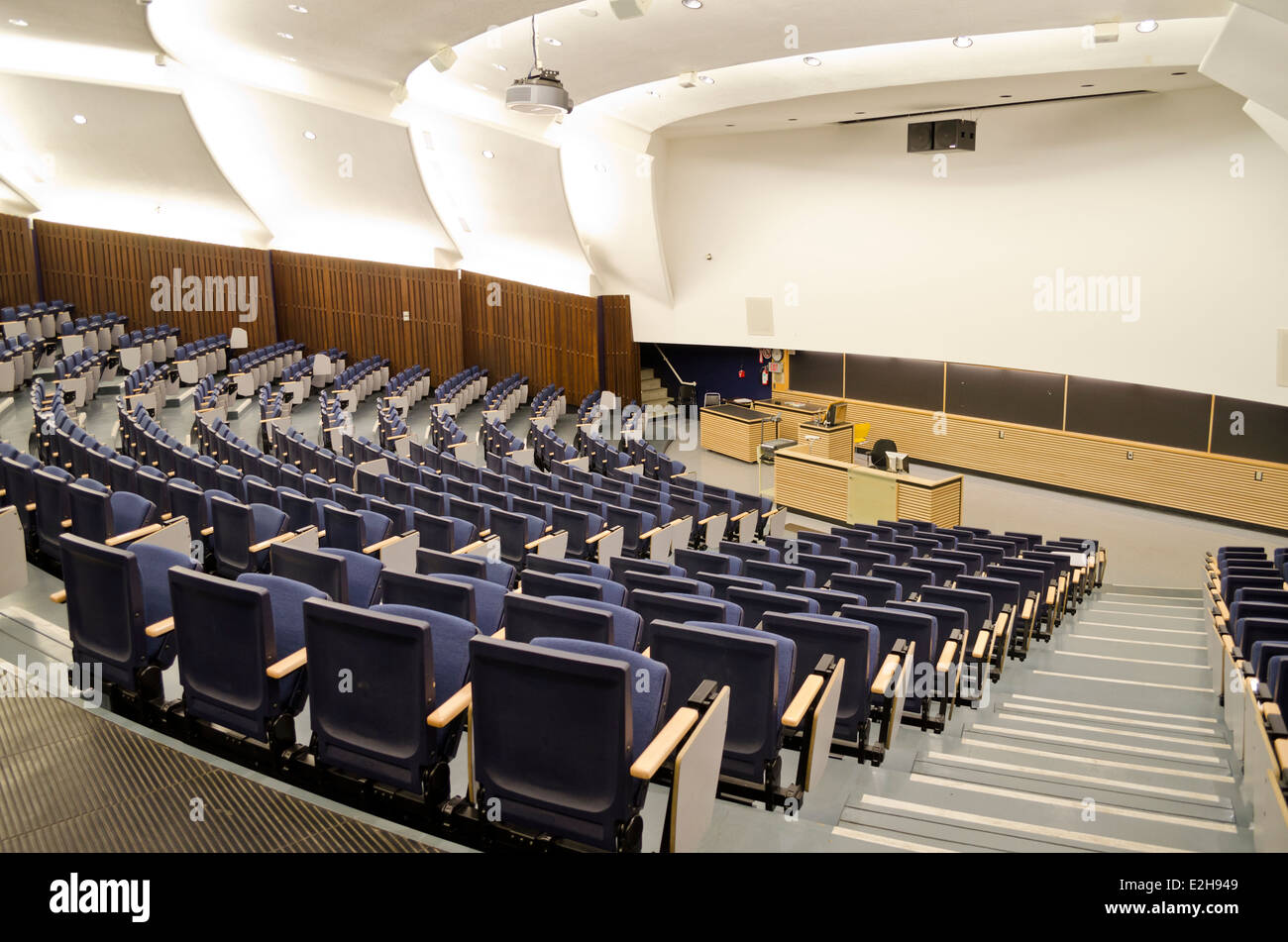 University lecture hall or lecture theatre.  Large empty college classroom. - Stock Image