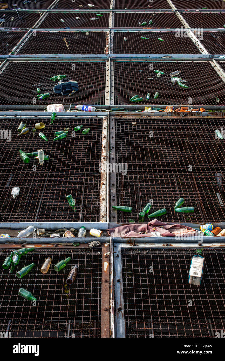 Litter discarded on metal grates - Stock Image