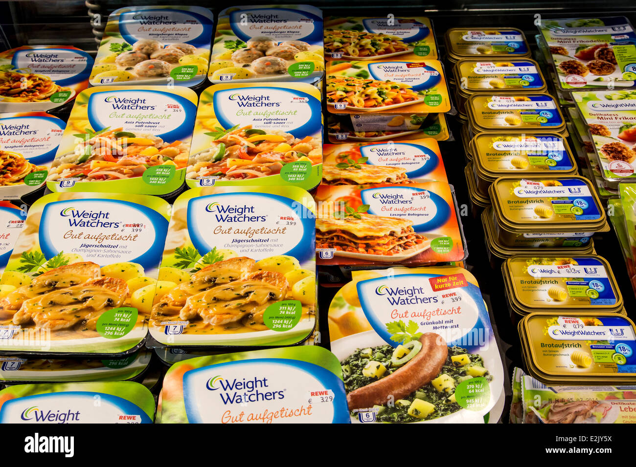 Shelf with food in a supermarket. Weight Watchers, ready to eat meals, - Stock Image