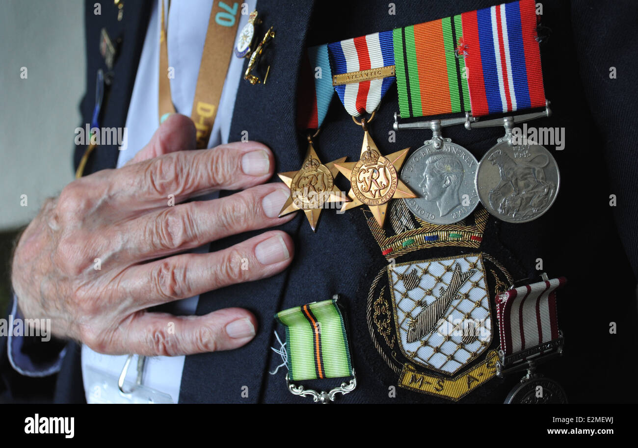 BRITISH WORLD WAR 2 VETERAN WITH SERVICE MEDALS RE SOLDIERS VETERANS NORMANDY PENSIONS NATIONAL SERVICE OAPS WW2 - Stock Image