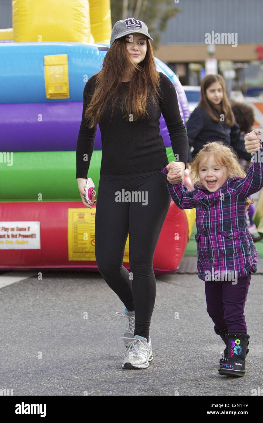 e82fe745f Ariel Winter visits a Farmers Market with her sister Shanelle ...