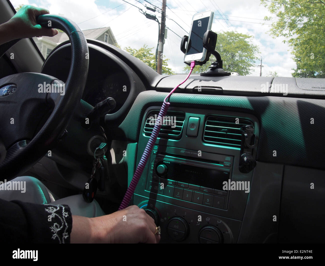 Driver uses iPhone mounted to car dashboard to navigate, USA, June 7, 2014, © Katharine Andriotis - Stock Image