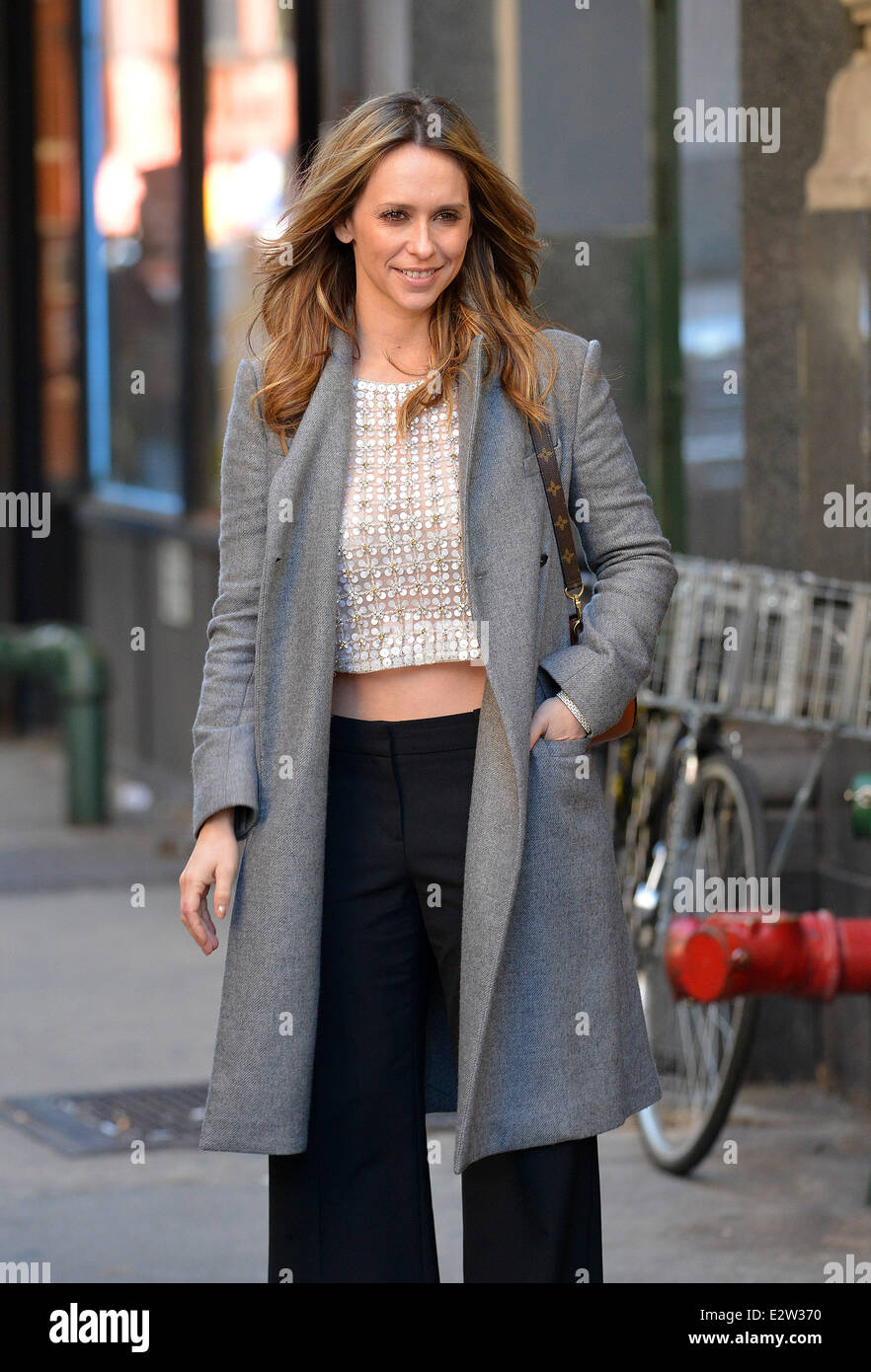 Jennifer Love Hewitt Bares Her Midriff On A Chilly Day In Manhattan