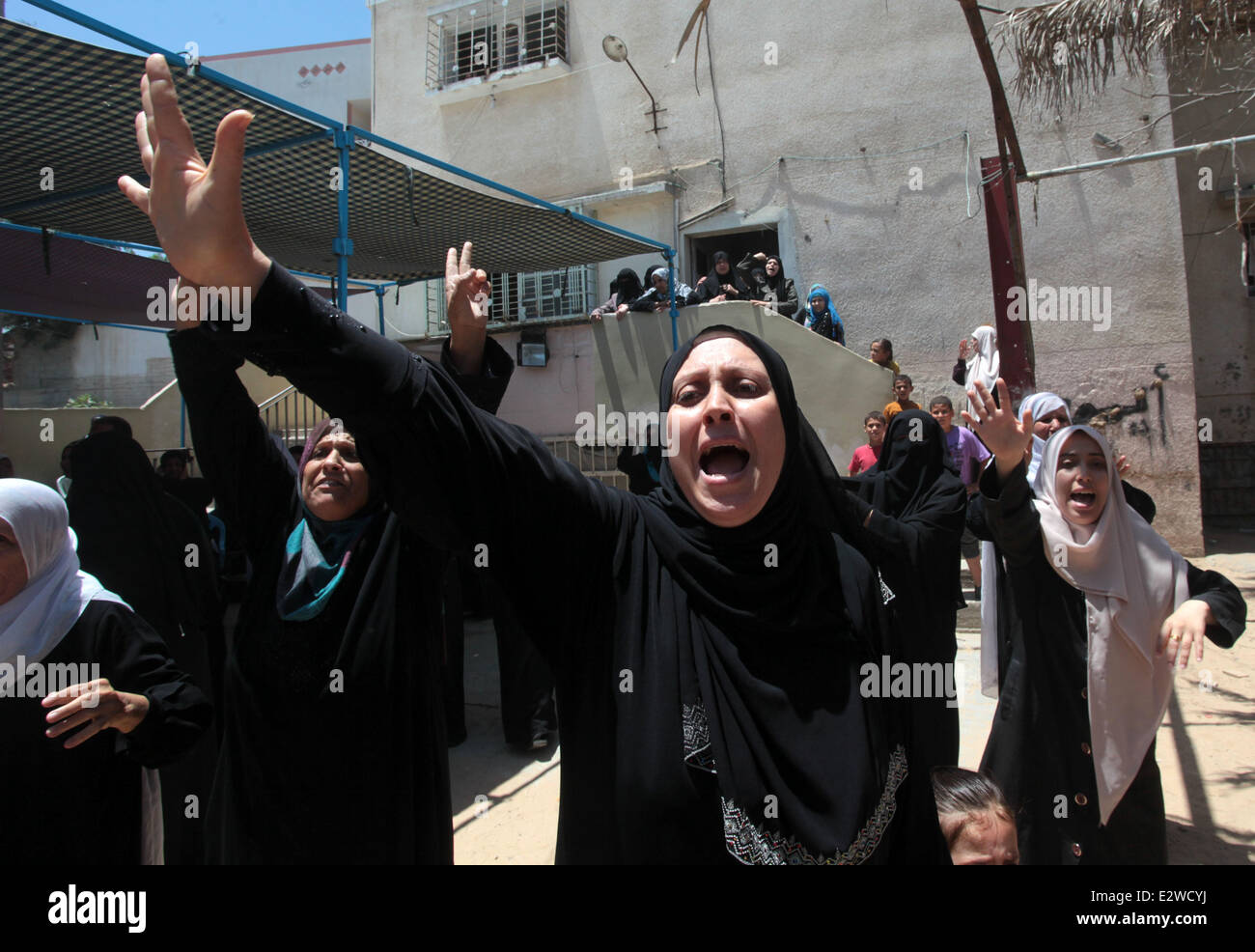 Gaza City, Gaza Strip. 21st June, 2014. Relatives of Palestinian Ahmed Ayad, mourn during his funeral in Gaza City. - Stock Image