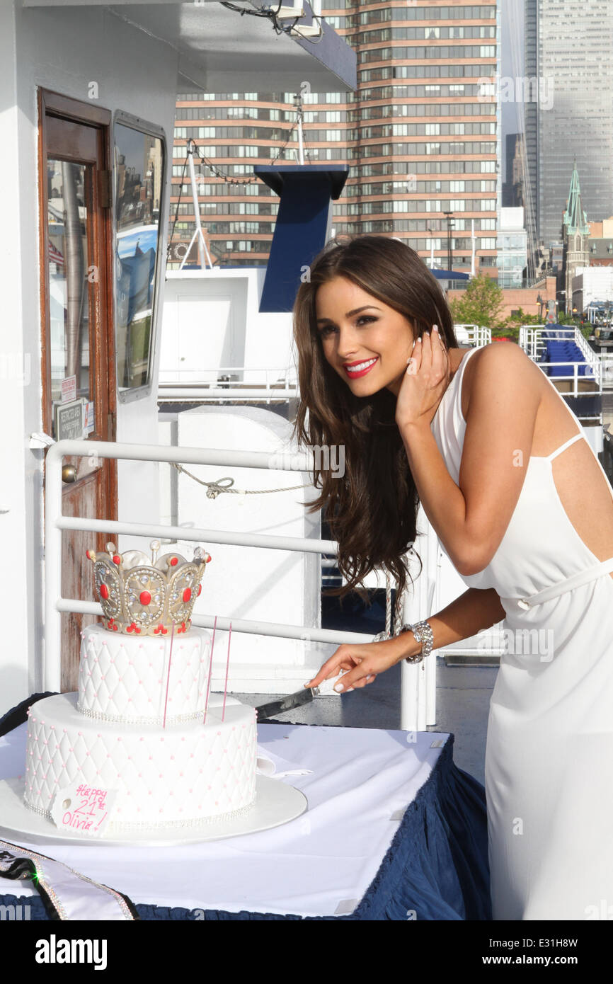 Wishing Bon Voyage To Miss Universe Olivia Culpo With A Special Stock Photo Alamy