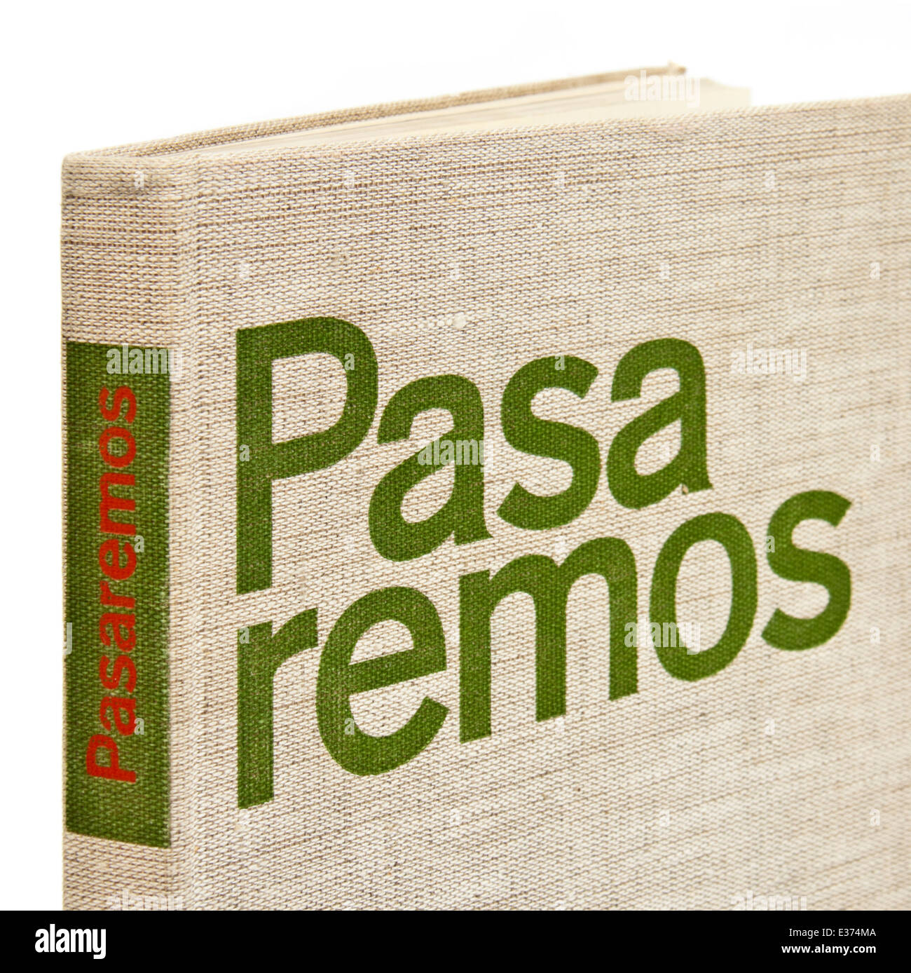 'Pasaremos' (We Shall Pass), a rare book about the Communist Brigades who fought in the Spanish Civil War. - Stock Image