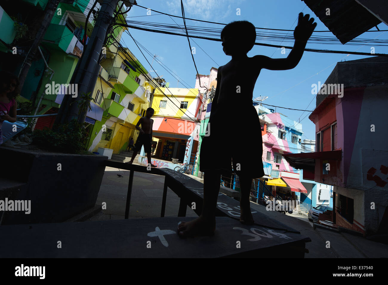 RIO DE JANEIRO, BRAZIL - FEBRUARY 14, 2014: Silhouettes of children play at colorful painted buildings Favela Dona - Stock Image