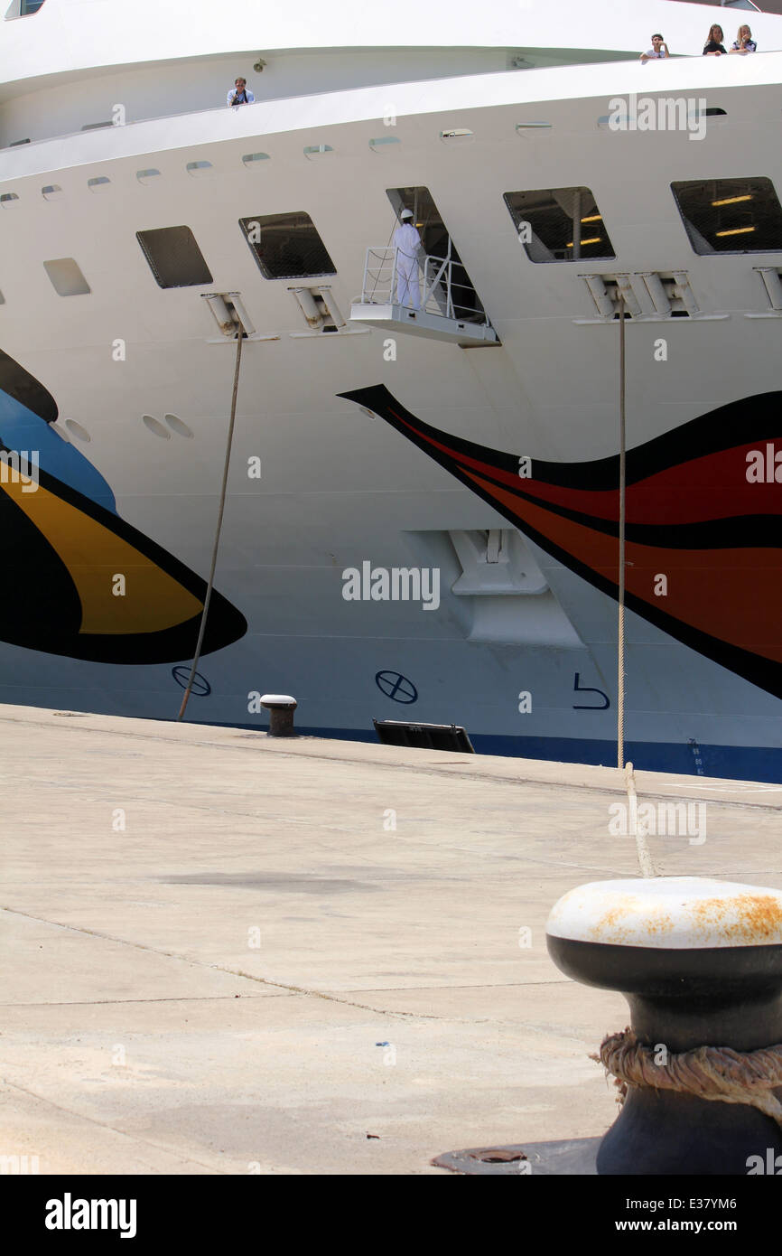 """Cruise Ship """"Aida Vita"""" (202 mtrs built in 2002) - lady deck officer supervising letting go of mooring lines - in - Stock Image"""