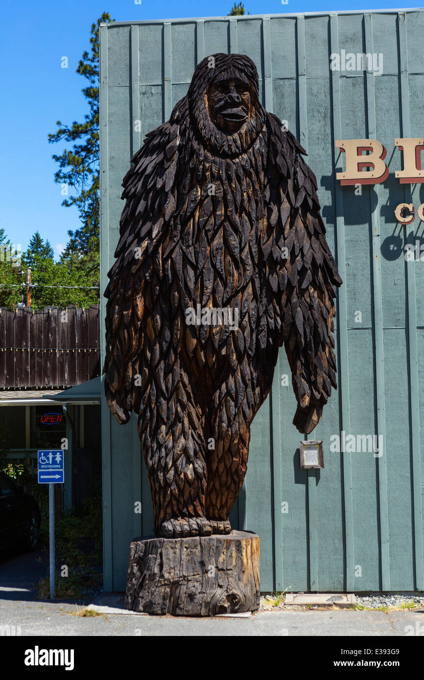 Carving of Bigfoot outside the Bigfoot Museum in Willow Creek, Northern California, USA - Stock Image