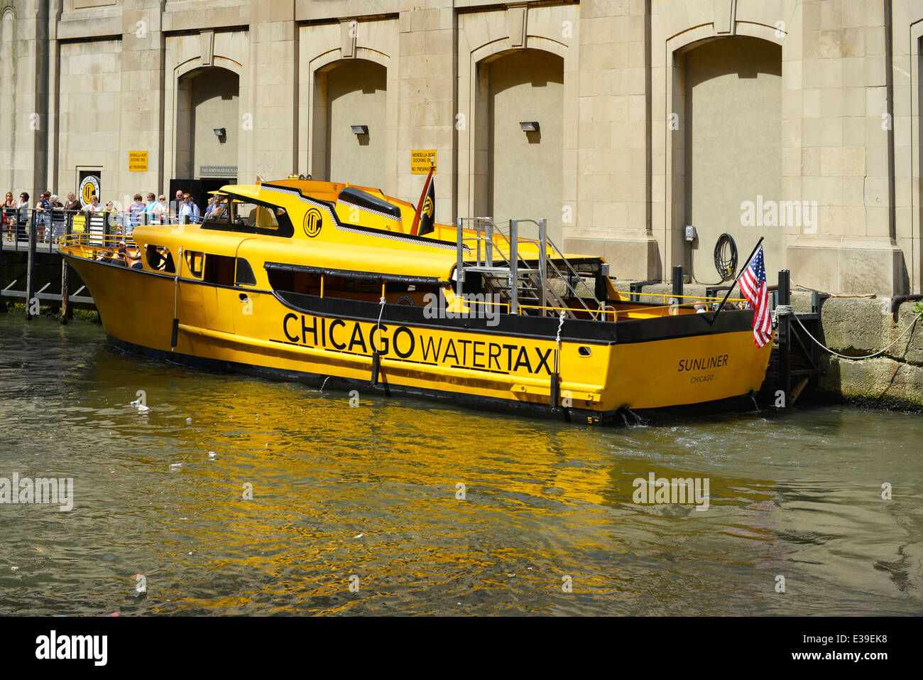 Chicago Watertaxi on the Chicago River picking up passengers, Illinois - Stock Image